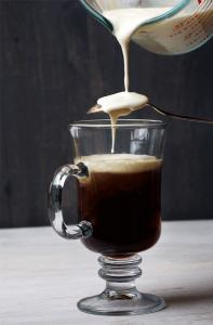Irish Coffee waar slagroom opgeschonen wordt