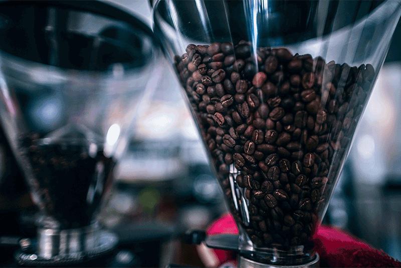 koffiebonen in maler